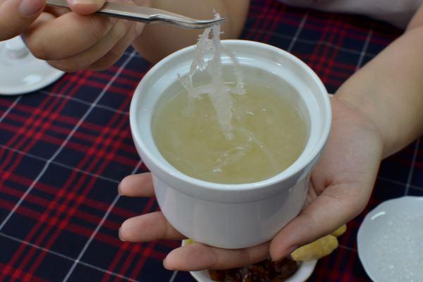 Sợi yến nở to khi ngâm nước trước khi chưng nấu