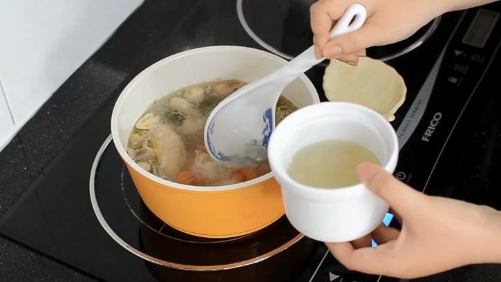 Yến thả nước cốt gà bước 3